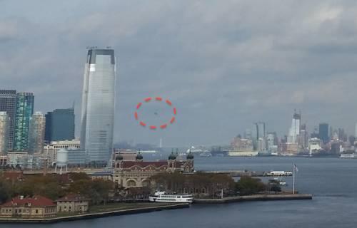 Три НЛО рядом со статуей Свободы в Нью-Йорке