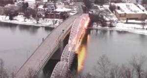 Эффектное видео взрыва старинного пешеходного моста в США